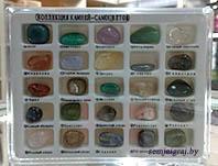 Коллекция камней самоцветов в пластиковой коробке