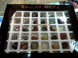 Коллекция камней самоцветов в картонной коробке